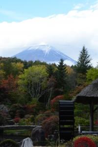 忍野村での紅葉と富士山